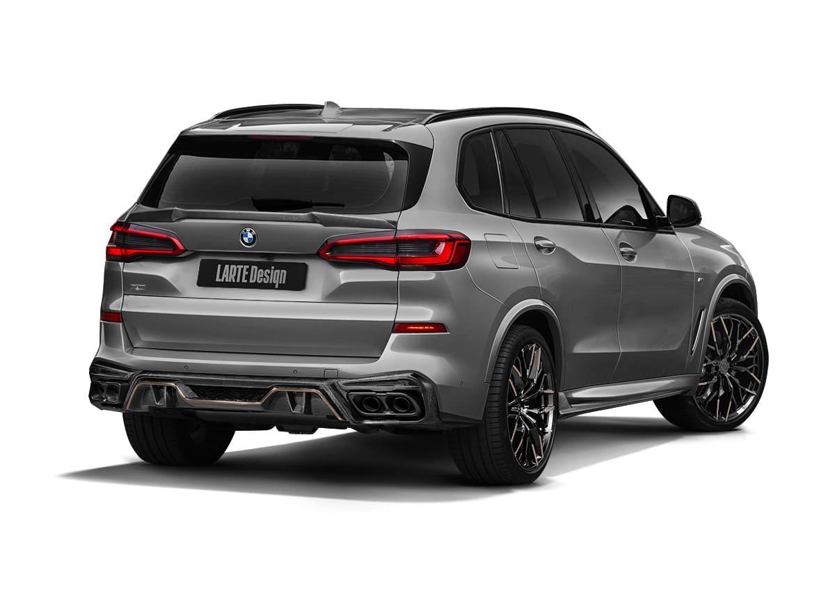 Серый BMW X5 G05 в обвесе от Larte вид сзади