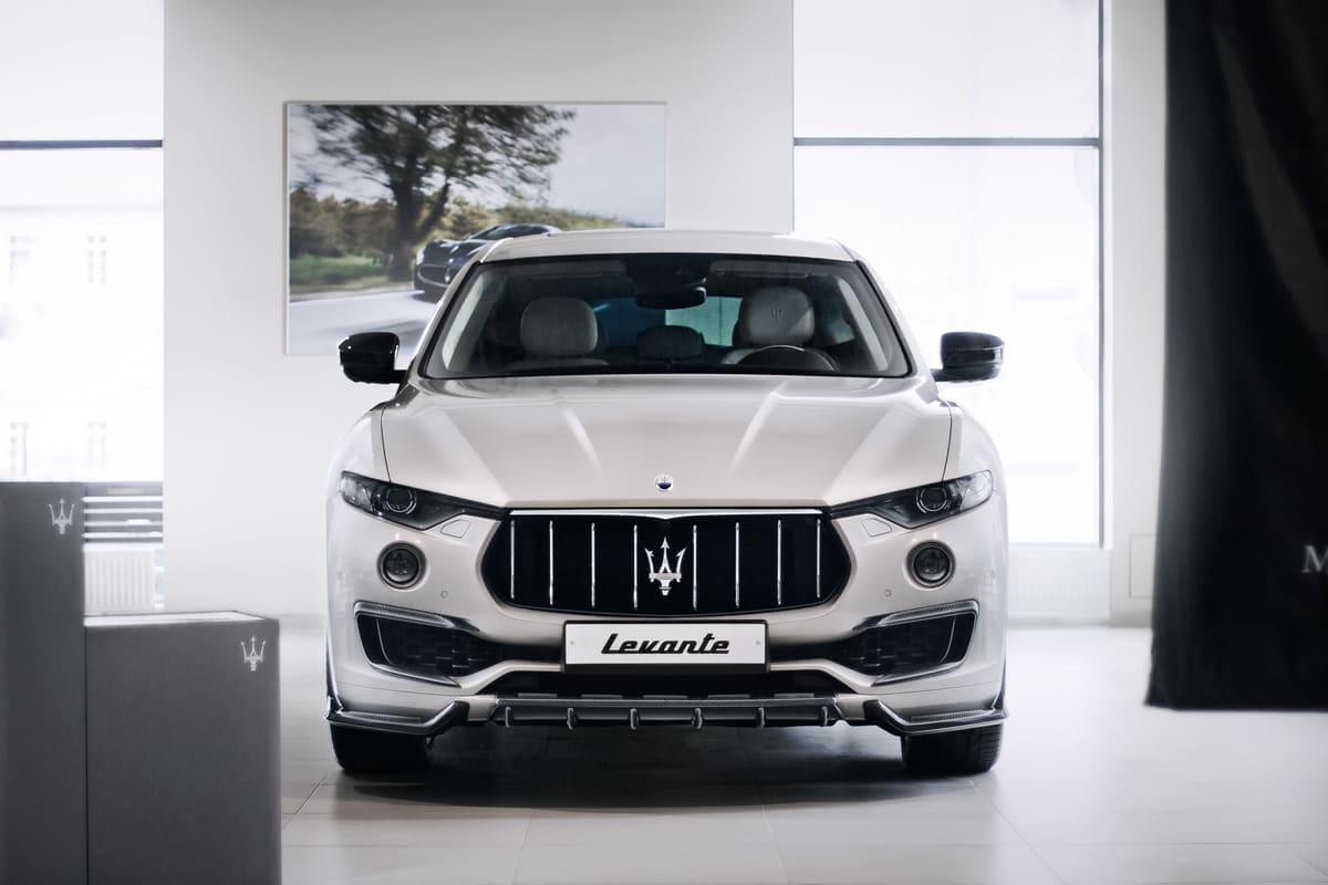 Белый Maserati Levante вид спереди